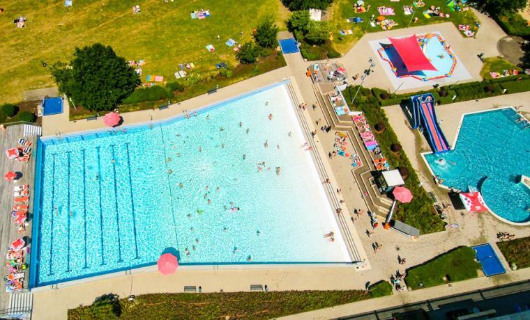Das Kombibad AquAHAUS ist eine Kombination aus Hallenbad und Freibad.
